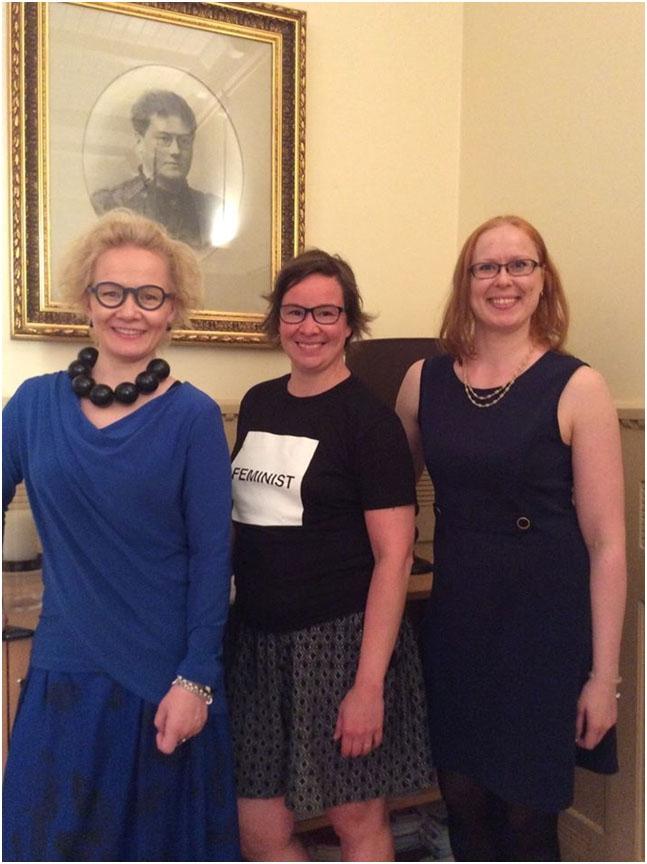 Kuvassa WOW Finlandin johtonaiset Paulina Ahokas ja Rosa Meriläinen sekä 100 tasa-arvotekoa -hankkeen Liisa Ketolainen.