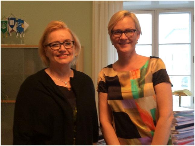 Kuvassa Helsingin kaupungin apulaiskaupunginjohtaja Ritva Viljanen ja Naisjärjestöjen Keskusliiton puheenjohtaja Eva Biaudet.
