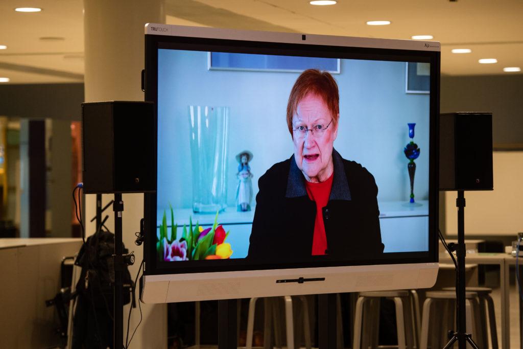 Presidentti Halonen osallistui webinaariin videotervehdyksellä.