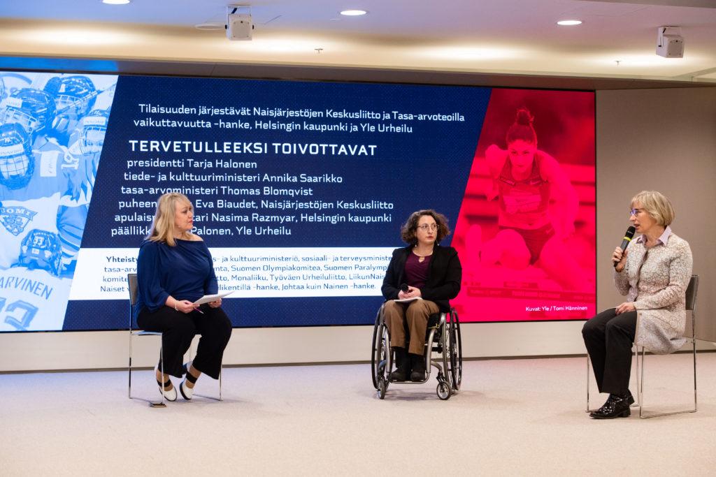 Paneelikeskustelussa Riikka Smolander-Slotte, Ihmisoikeusliiton asiantuntija Mina Mojtahedi ja Suomen Voimisteluliiton puheenjohtaja Kaisa Vikkula.